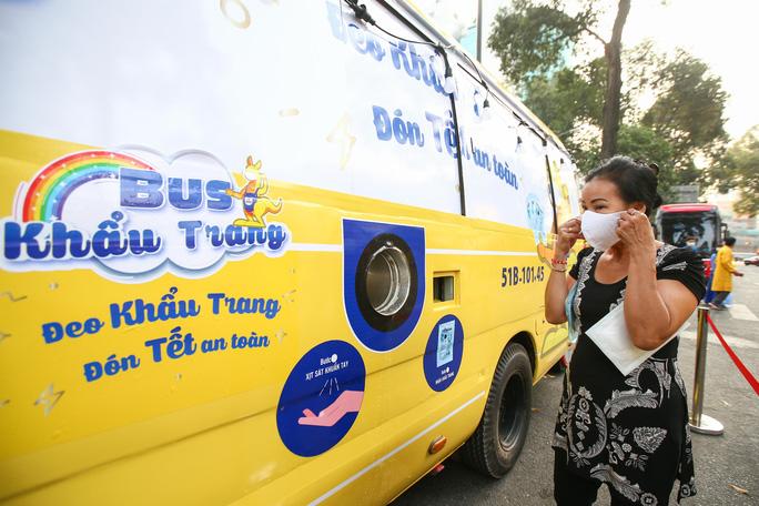 Xe Buýt Phát Khẩu Trang Miễn Phí Giữa Lòng Sài Gòn Nhanh Nhất