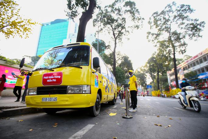 (Nhịp Cầu Đầu Tư) Xe Bus Khẩu Trang Khởi Hành Từ Tp.hcm