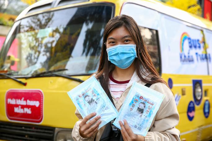 25 Tháng Chạp, Người Trẻ Bất Ngờ Khi Thấy Xe Buýt Khẩu Trang Miễn Phí